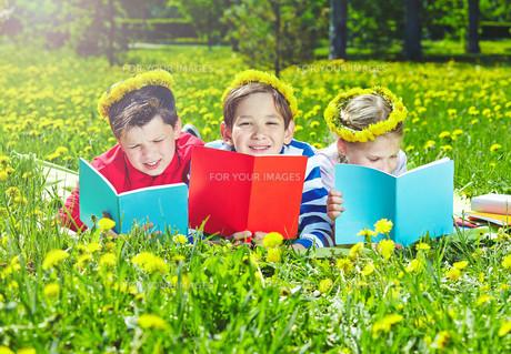 Reading on lawnの写真素材 [FYI00659750]