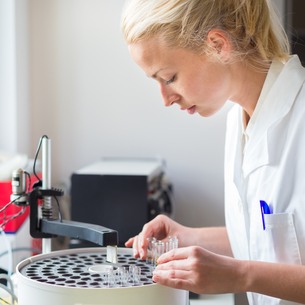 Scientist working in analytical laboratory.の写真素材 [FYI00659821]