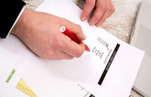 Businessman analyzing customer service.の写真素材 [FYI00659855]