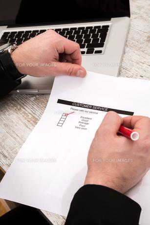 Businessman analyzing customer service.の写真素材 [FYI00659856]