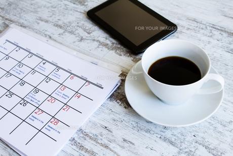 Checking monthly activities in the calendarの写真素材 [FYI00659859]