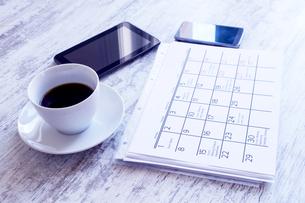 Checking monthly activities in the calendarの写真素材 [FYI00659860]