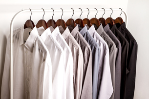 Several shirts on a hanger.の写真素材 [FYI00659871]
