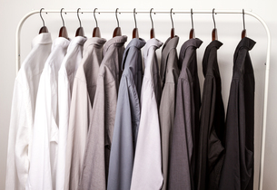 Several shirts on a hanger.の写真素材 [FYI00659872]