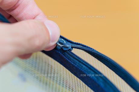 Pulling Zipperの写真素材 [FYI00659964]