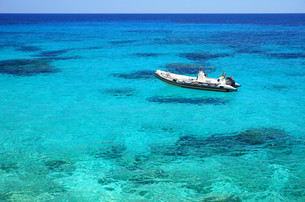 boat floating in azure seawaterの写真素材 [FYI00659970]