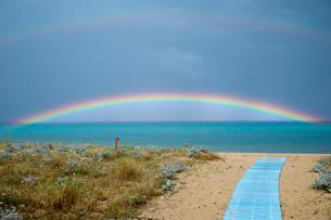rainbow over the sea with jettyの写真素材 [FYI00659972]