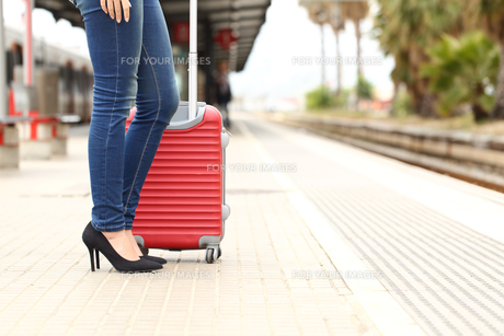 Traveler tourist waiting in a train stationの写真素材 [FYI00660077]