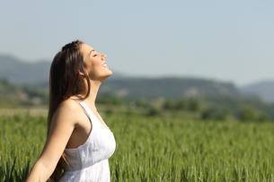 Girl breathing fresh air with white dressの写真素材 [FYI00660078]