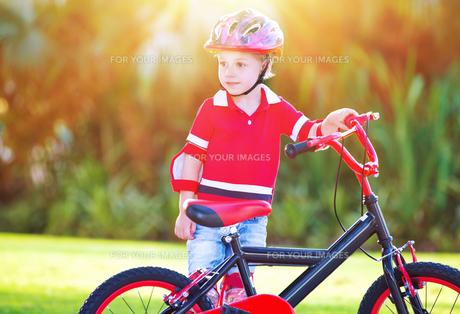 Little boy with bicycleの素材 [FYI00660117]