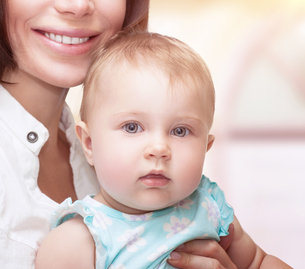 Cute baby with motherの写真素材 [FYI00660140]