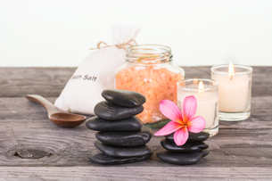 Spa with bath salt, black stones and candle close upの素材 [FYI00660156]