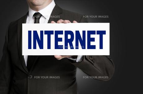 internet shield is held by businessmanの写真素材 [FYI00660177]