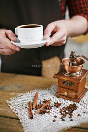 Offering aromatic drinkの写真素材 [FYI00660203]