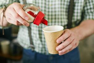 Putting sugar in coffeeの素材 [FYI00660225]