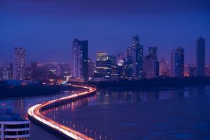 Panama City Night Skyline View Of Traffic Cars On Highwayの写真素材 [FYI00660311]