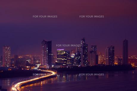 Panama City Night Skyline With Car Traffic On Highwayの写真素材 [FYI00660312]