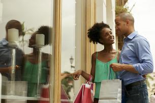 African American Couple Look Shop Window In Panama Cityの写真素材 [FYI00660315]