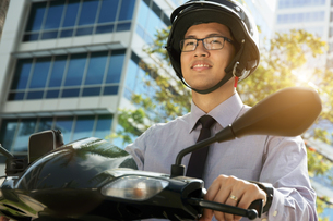 Chinese Businessman Commuter With Scooter Motorcycle In The Morningの写真素材 [FYI00660316]