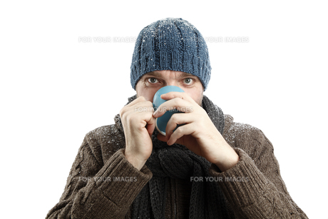 Attractive man with a cup of tea in his handsの素材 [FYI00660415]