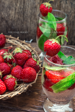 glass of refreshing strawberry cocktailの素材 [FYI00660613]