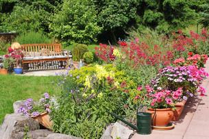 gartenidylle mti seat and rock gardenの写真素材 [FYI00660687]