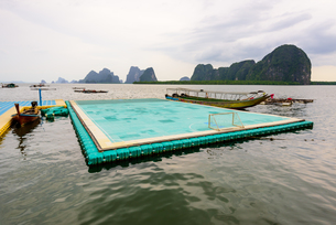 Football field floating on the seaの写真素材 [FYI00660705]