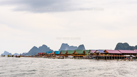 Pier and floating restaurant at Koh Panyee islandの素材 [FYI00660708]