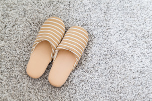 Soft brown color slippers on carpetの写真素材 [FYI00660891]