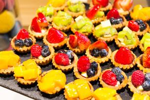 Different fruit tart in shopの写真素材 [FYI00660900]