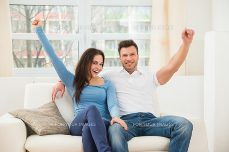 Excited Smiling Coupleの写真素材 [FYI00660976]