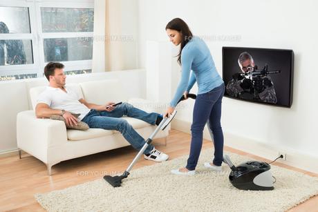 Woman Using Vacuum Cleanerの写真素材 [FYI00661025]