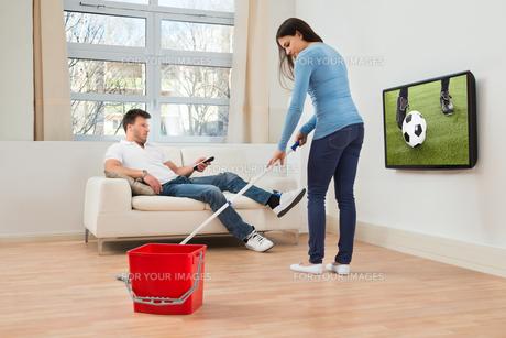 Woman Cleaning Floorの写真素材 [FYI00661031]