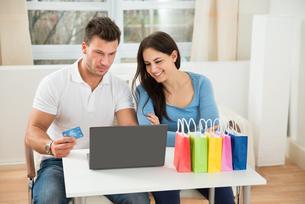 Couple Shopping Onlineの写真素材 [FYI00661052]