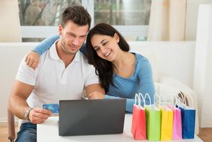 Couple Shopping Onlineの写真素材 [FYI00661054]