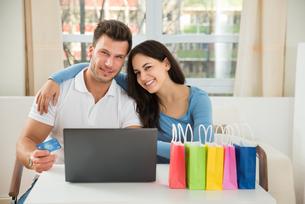 Couple Shopping Onlineの写真素材 [FYI00661055]