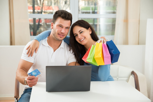 Happy Couple Shopping Online On Laptopの写真素材 [FYI00661058]