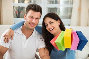 Couple Shopping Onlineの写真素材 [FYI00661059]
