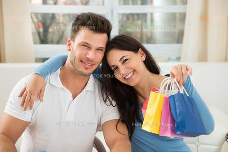 Happy Couple With Bagの素材 [FYI00661062]