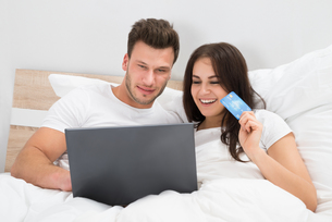 Couple On Bed Shopping Onlineの写真素材 [FYI00661090]
