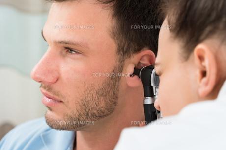 Doctor Examining Man's Earの素材 [FYI00661149]