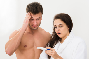 Couple Looking At Pregnancy Testの写真素材 [FYI00661166]