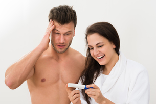 Young Couple Looking At Pregnancy Testの写真素材 [FYI00661169]