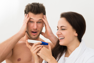 Young Couple Looking At Pregnancy Testの写真素材 [FYI00661170]