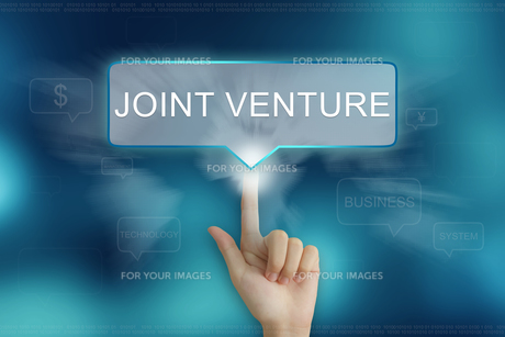 hand clicking on joint venture buttonの写真素材 [FYI00661398]