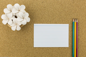 ceramic with flower and stationary on cork boardの写真素材 [FYI00661438]