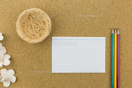 ceramic with flower and stationary on cork boardの素材 [FYI00661440]