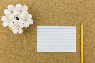 ceramic with flower and stationary on cork boardの写真素材 [FYI00661446]