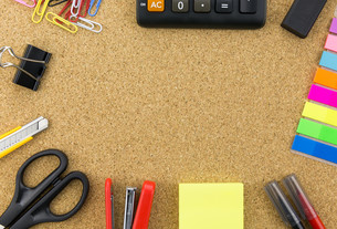 wallpaper stationary on cork boardの写真素材 [FYI00661449]