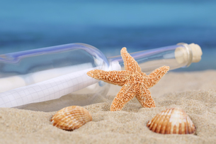 beach scene in summer,sea,holidays with message in a bottleの写真素材 [FYI00661517]
